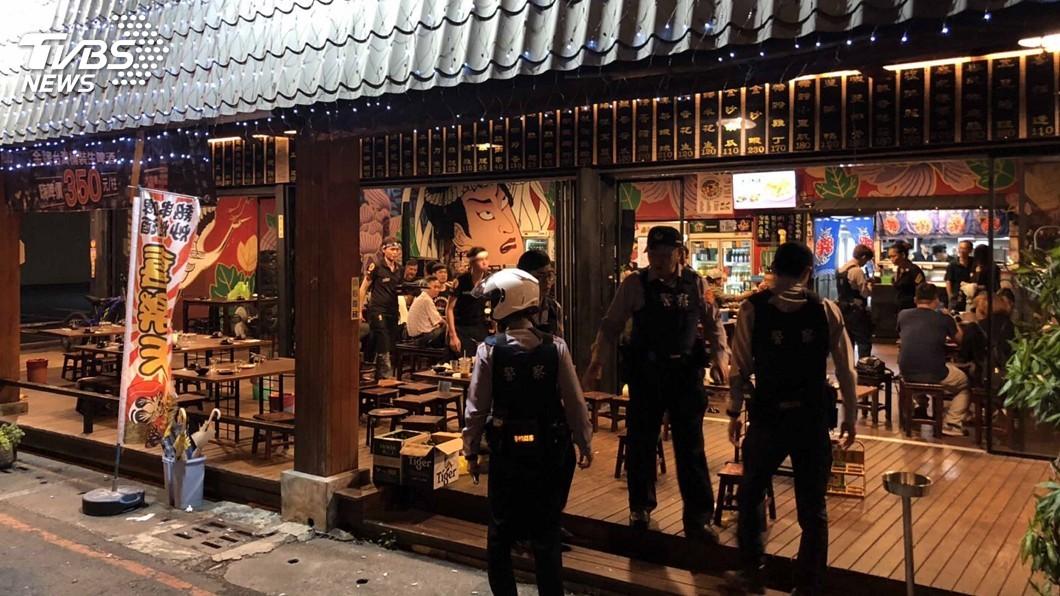 圖/中央社 熱炒店醉男稱鄰桌客人酒駕 6人群架遭警制伏
