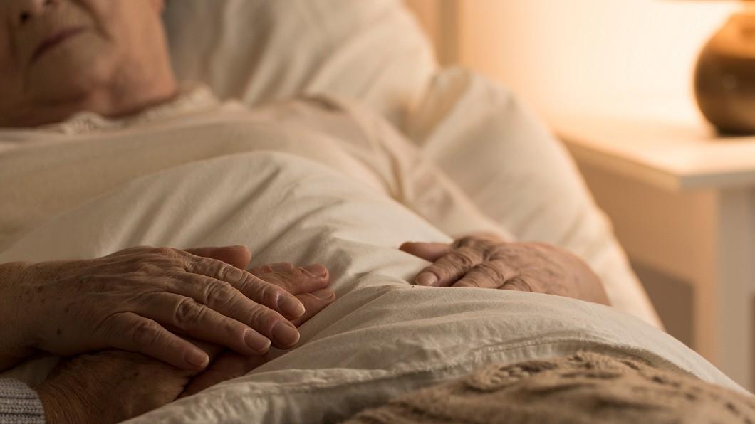 示意圖/TVBS 「從沒說過愛」外婆死前牽尪手說這句 孫女淚崩