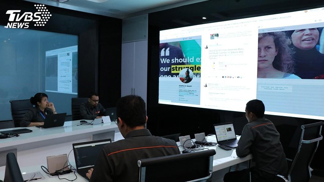 設立在印尼資訊通訊科技部的作戰室稱為Cyber Drone9 ,全天候監控網路負面內容,從去年1月成立至今已經關閉或移除上百萬個網站或帳號。 圖/中央社 選舉假新聞氾濫 印尼全面警戒