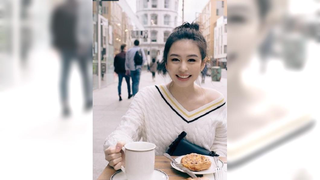 圖/翻攝自沈月Instagram 邱淑貞女兒露香肩 曬倫敦時裝週街拍照