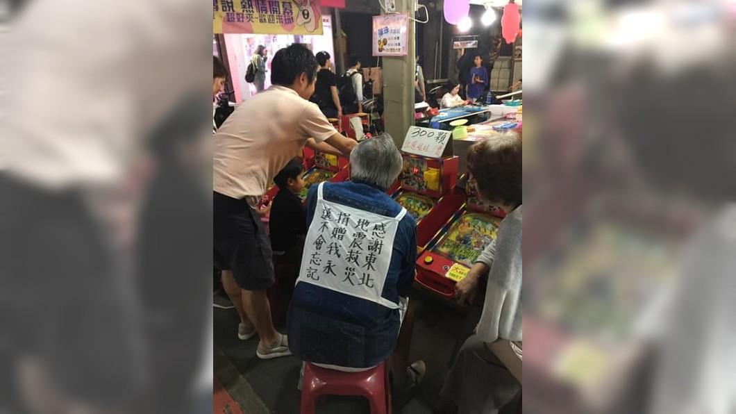 圖/翻攝爆料公社 謝謝台灣!逛夜市見日本伯穿這件…網淚:我們也沒忘