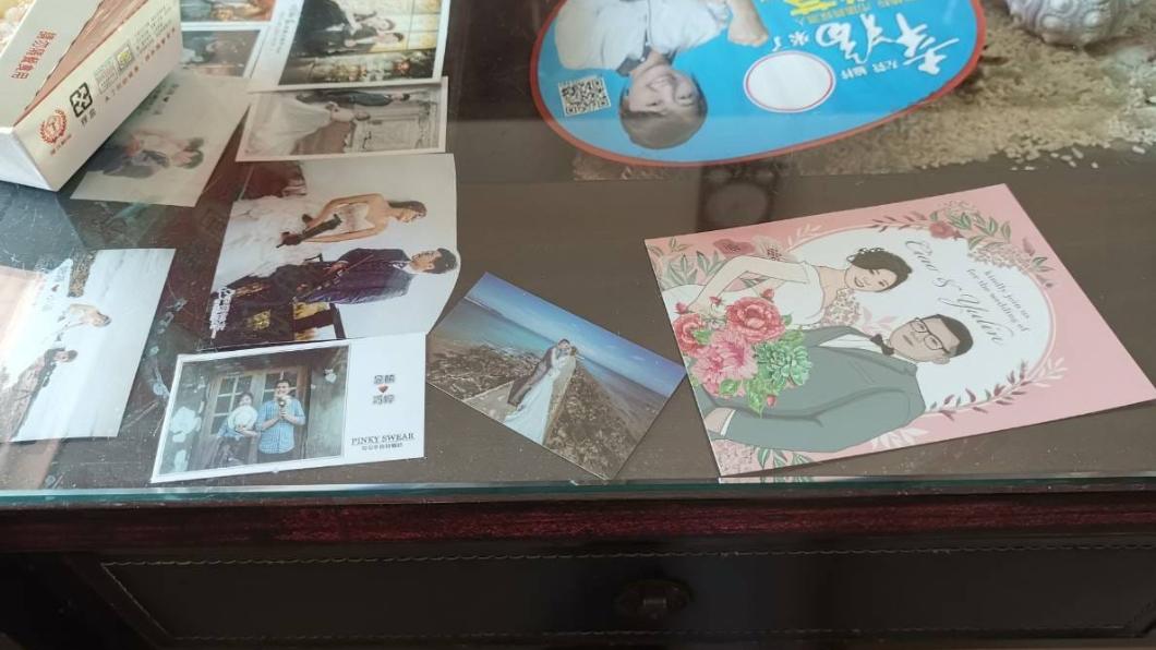 有網友會把婚禮小卡放玻璃桌墊下面收藏。圖/翻攝自爆廢公社