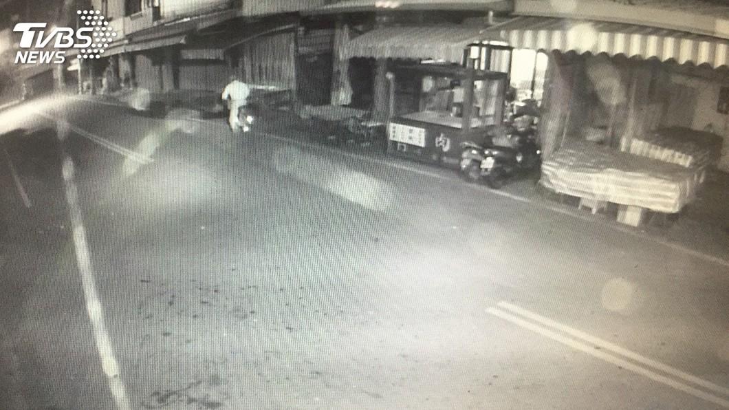 圖/中央社 偷自行車後還費心躲監視器 變裝男難逃警法眼