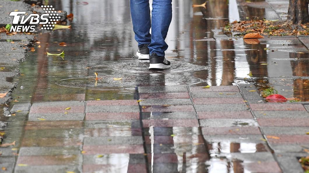 氣象局指出,明(26日)鋒面逐漸遠離,雨勢趨緩、氣溫也將明顯回升。圖/中央社 降雨緩!這天高溫狂飆30度 「熱到像夏天」