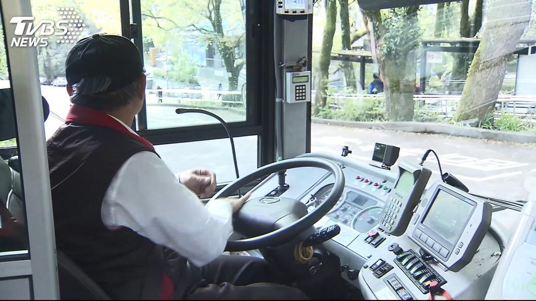 圖/TVBS 快訊/降肇事率 新北出招! 公車業者路口舉牌提醒