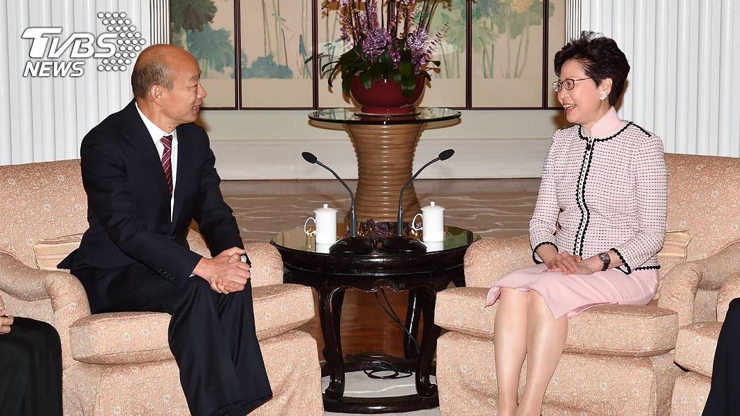 韓國瑜(左)拜訪香港特首林鄭月娥時正襟危坐。圖/中央社