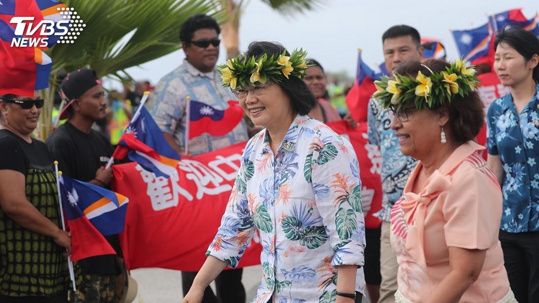 圖/中央社 蔡總統抵馬紹爾國是訪問 馬國元首海妮接機