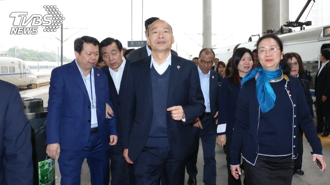 高雄市長韓國瑜(中)今(26)日中午已抵達廈門。圖/TVBS 韓簽44億訂單! 律師「揭真相」轟:賣主權還賣爛價錢
