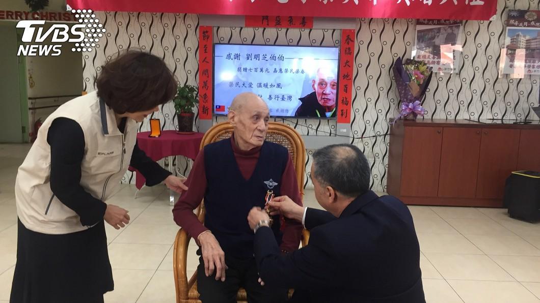 圖/TVBS 饅頭配開水過一天 老榮民賣房700萬全捐出