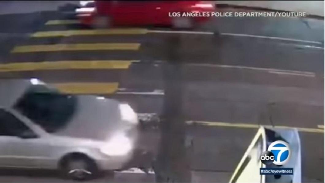 突然有一輛紅色轎車高速行駛過來,男子連忙推開女兒,自己則是被車子撞上。(圖/翻攝自YouTube)