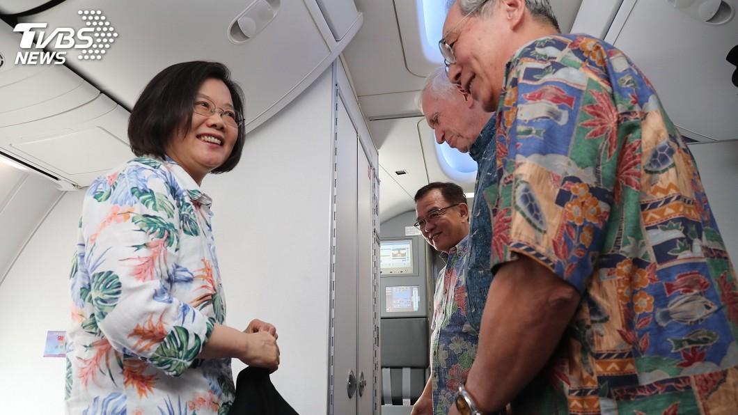 圖/中央社 蔡總統過境夏威夷 AIT主席莫健登機迎接