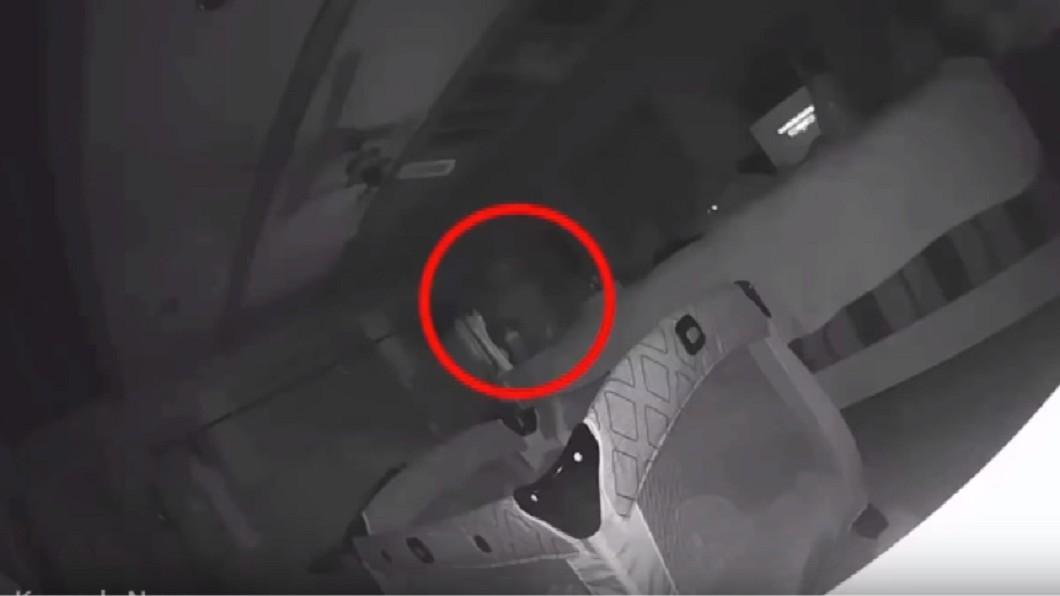 嬰兒房內有不明白影飄過。圖/翻攝YouTube 1歲女臉浮不明抓痕!媽裝監視器…驚見詭白影飄向床