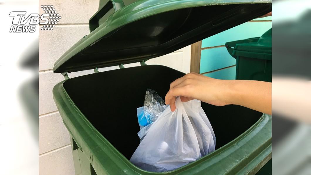 男子將30萬現金當垃圾丟在車站垃圾桶。示意圖/TVBS 奢侈困擾!嫌行李太重 男子把30萬丟車站垃圾桶