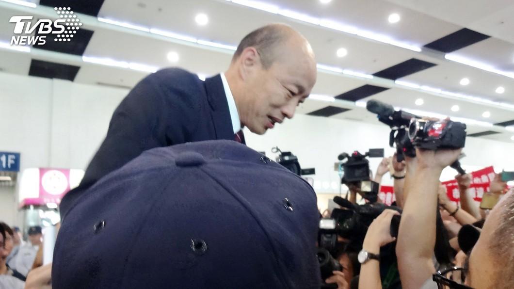 圖/中央社 韓國瑜結束經貿參訪 藍綠激情接機零星衝突