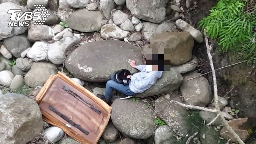 圖/中埔分局提供 幸運!19歲騎士墜15米深谷 一張廢床墊奇蹟救命