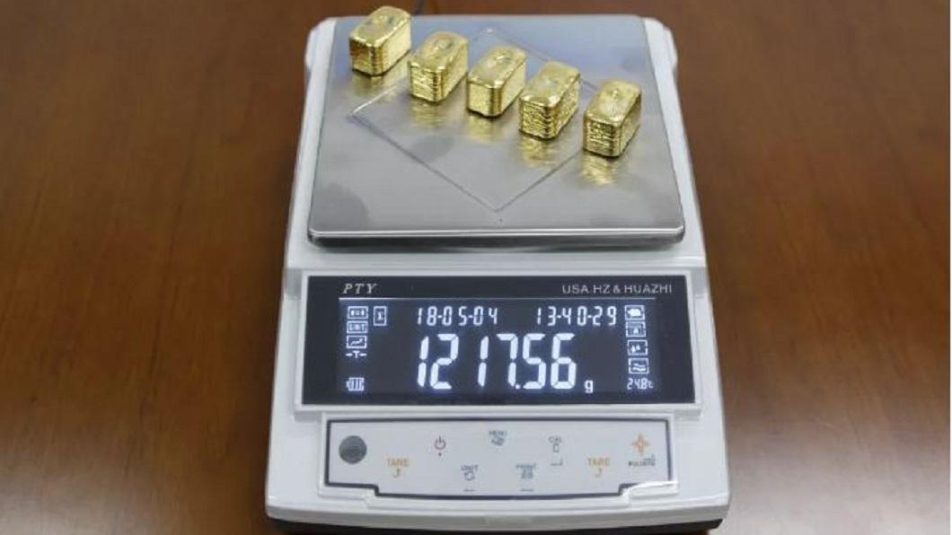 女子體內藏的5塊黃金,淨重達到1217克。(圖/翻攝自環球網) 塞1.2公斤黃金在直腸 走私女拉出5大塊