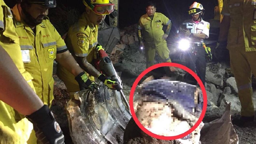 警消人員獲報挖出桶子後,隨即展開拆除。(圖/翻攝自臉書)