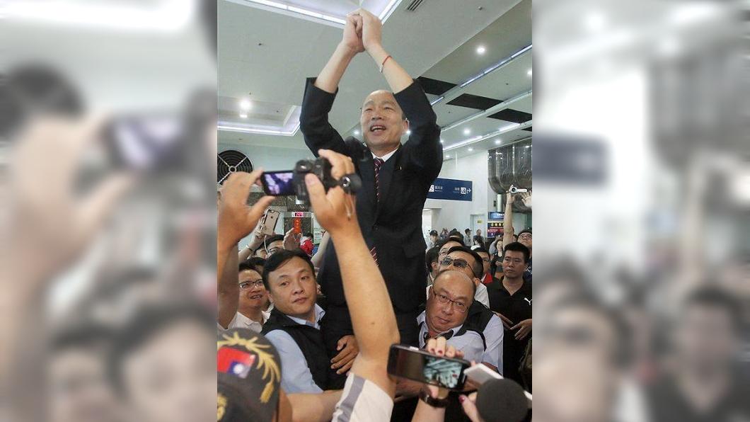 圖/翻攝自王浩宇臉書 韓國瑜被高舉接受歡呼 他酸:像皇帝高高在上
