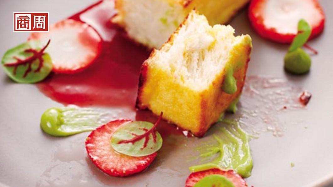 最符合季節風格的甜點「草莓、波特酒、西班牙吐司」,像是把春天裝在盤子裡一般。圖/商業周刊 最新的飲食潮流 讓蔬菜做餐盤上的主角