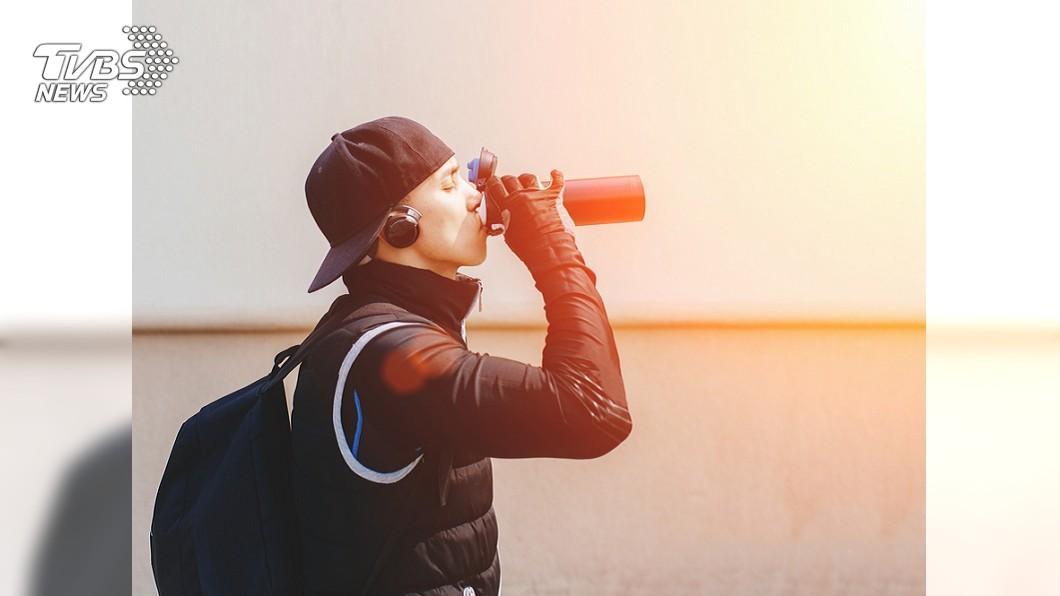 示意圖/TVBS 每天6罐能量飲 男老師貼舌頭「被吃掉」驚悚照