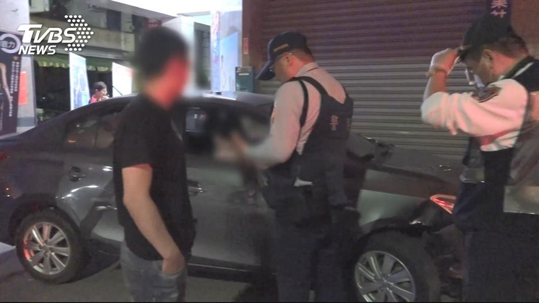 圖/TVBS 碰!男酒駕撞騎樓 水管斷、7部汽機車損壞