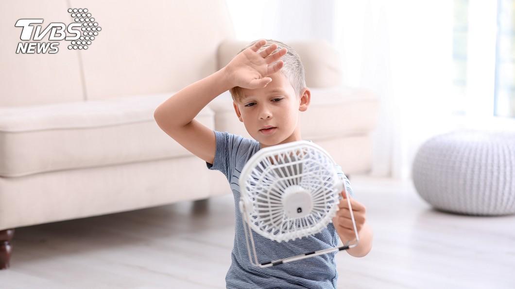 孫子因為滿頭大汗,奶奶竟開電風扇將汗「吹乾」。示意圖/TVBS 開電扇吹汗!嬤害孫感冒還怪媳 醫「大聲演講」秒打臉
