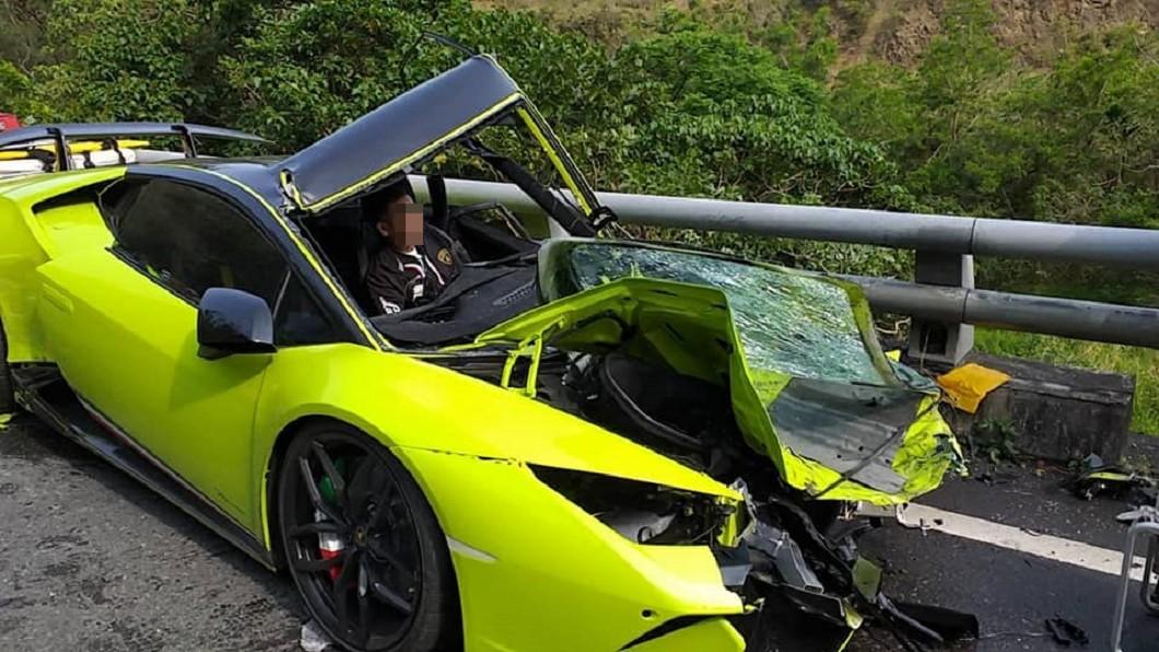 圖/翻攝爆料公社 超跑對決油罐車!藍寶堅尼慘毀全爛 駕駛困車內