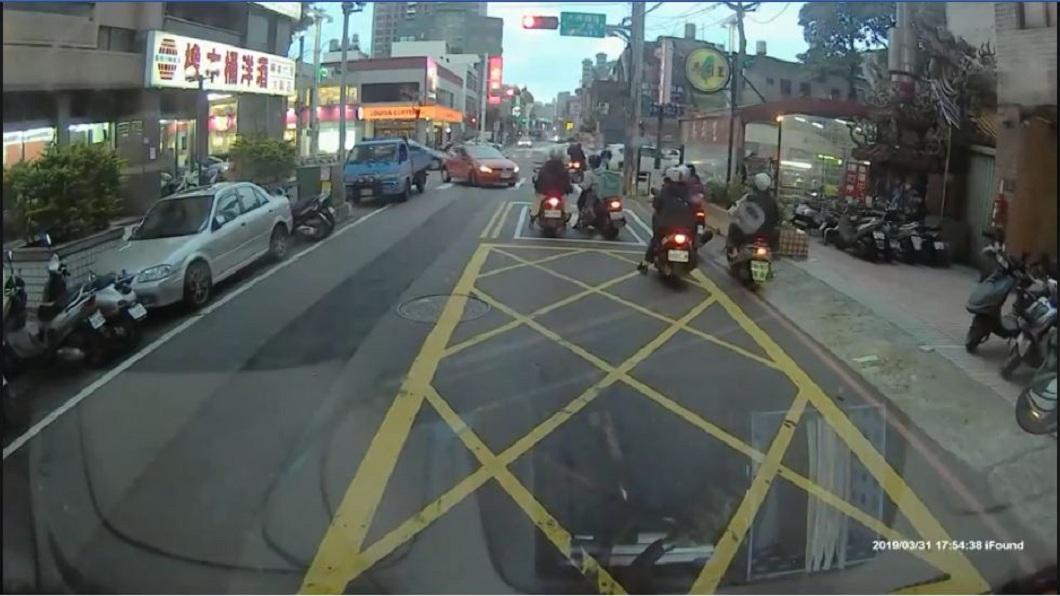 桃園市大興西路和同安街口,日前又出現了馬路三寶。(圖/翻攝自YouTube) 超狂女三寶!轎車直接停在大馬路 下車衝到對向買壽司