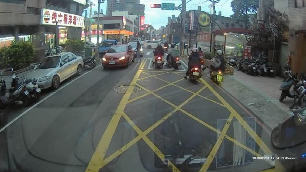 一名女駕駛直接把車停在路上,隨後下車拿自己的包包。(圖/翻攝自YouTube)