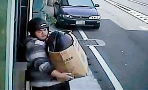 嫌犯手中抱著裝有屍體的紙箱,準備到山上焚屍。(圖/鏡周刊)