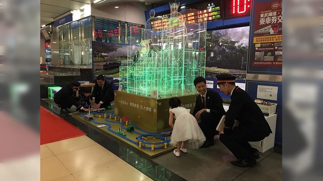 圖/台鐵提供 燈會吸睛蒸汽火車燈座 添台鐵南港車站童趣