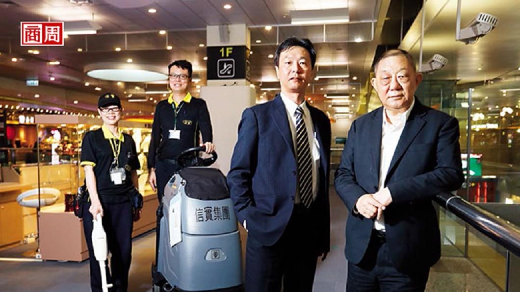 信實保全董事長陸耀祖(右1)。圖/商業周刊 掃遍機場車站 這家公司靠掃廁所掃到登興櫃