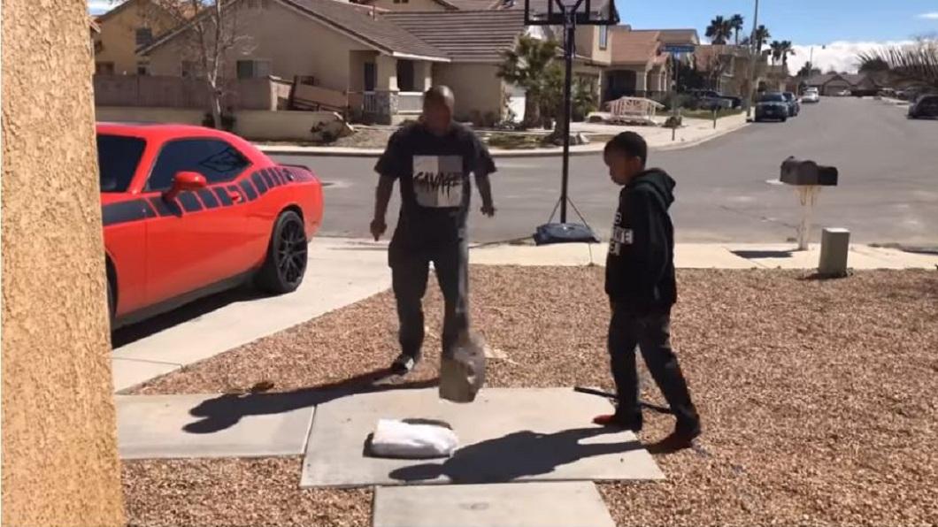 父親最後看不下去,拿起一塊大石頭直接砸下去。(圖/翻攝自YouTube)