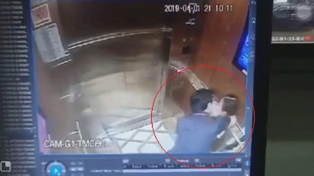 圖/翻攝自臉書 9歲童搭電梯慘遭強吻環抱 惡狼身分曝光讓網友氣炸