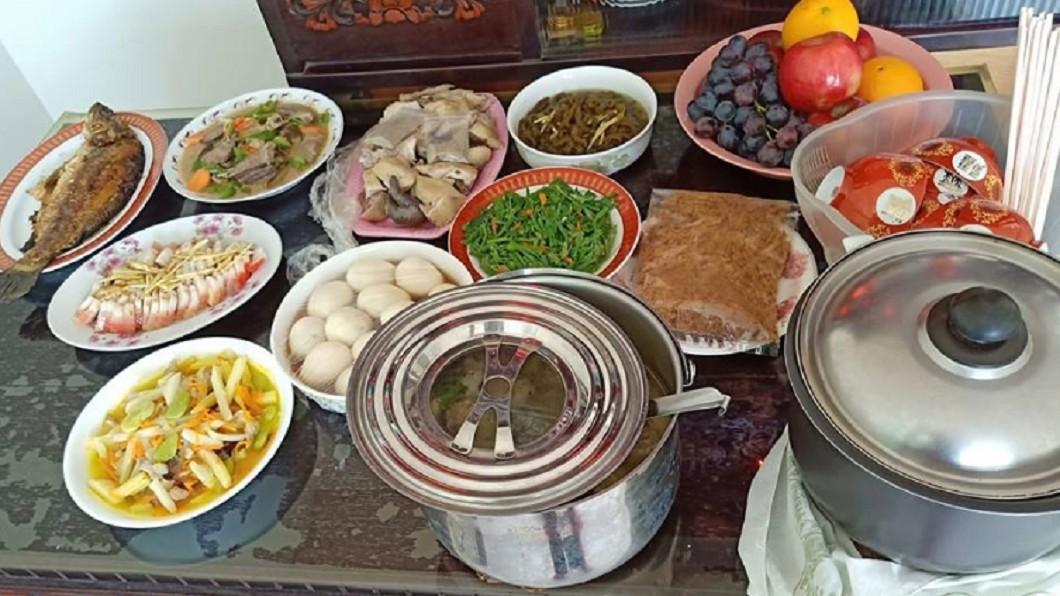 圖/翻攝自臉書「爆怨公社」 清明節「10菜一湯」煮到累 媳婦們看完超有感