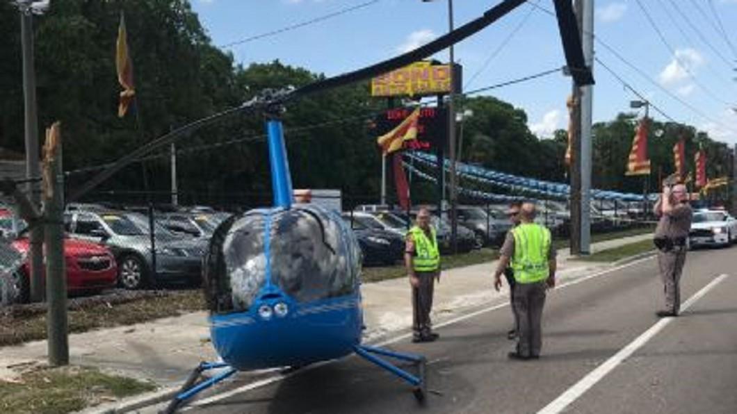 圖/翻攝自HCSO 推特 美直升機公路平安迫降 遠方汽車乘客倒楣身亡