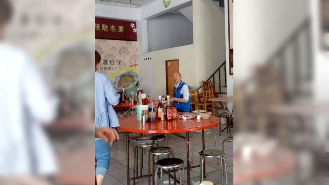 圖/翻攝自韓國瑜後援會臉書 野生韓國瑜!去年孤單吃麵舊照曝 網心酸:當時沒人理