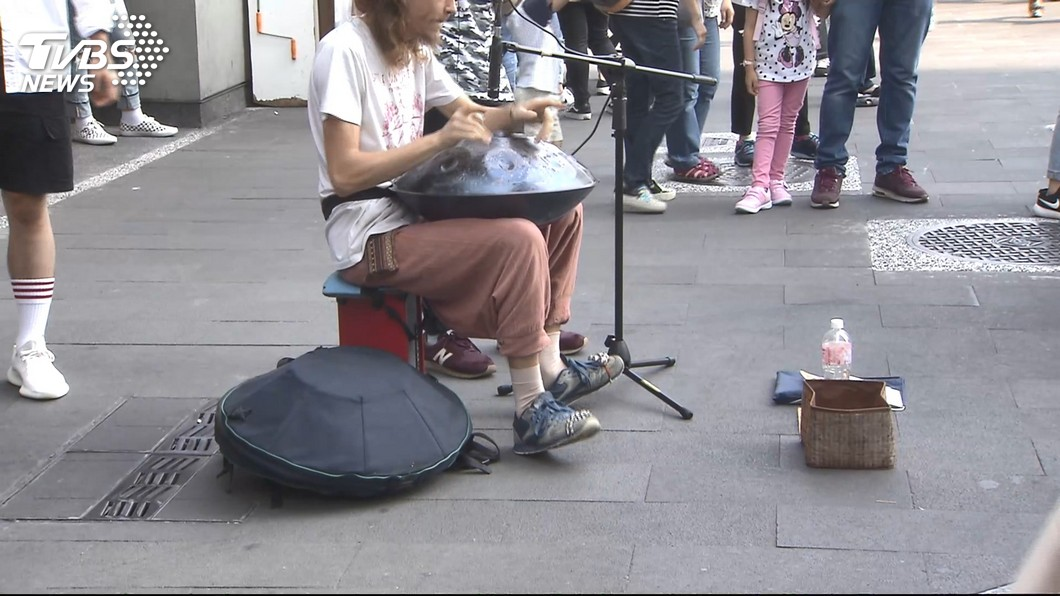 圖/TVBS 直擊!外國人「沒證街頭表演」 恐罰2400元