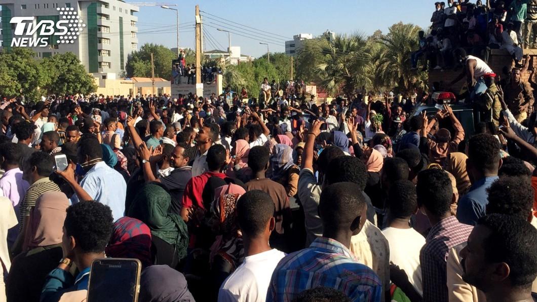 圖/達志影像路透社 不滿長年統治 蘇丹民眾在總統官邸前靜坐示威