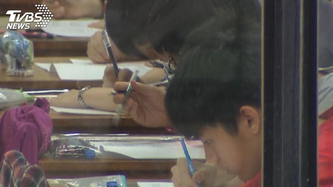 考生們在考試過程中全神貫注,希望能考到好成績。(示意圖/TVBS) 考試太緊張連放屁2小時 同教室考生怨:腦筋全空白