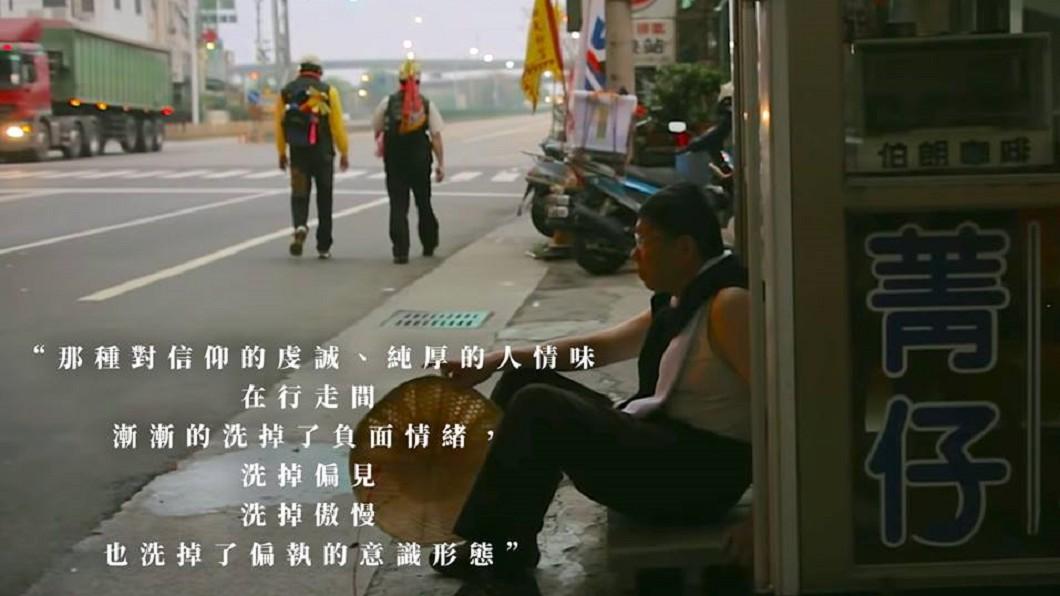 圖/翻攝自柯文哲臉書 柯文哲又PO「席地而坐照」 網酸:是藝人還是市長?