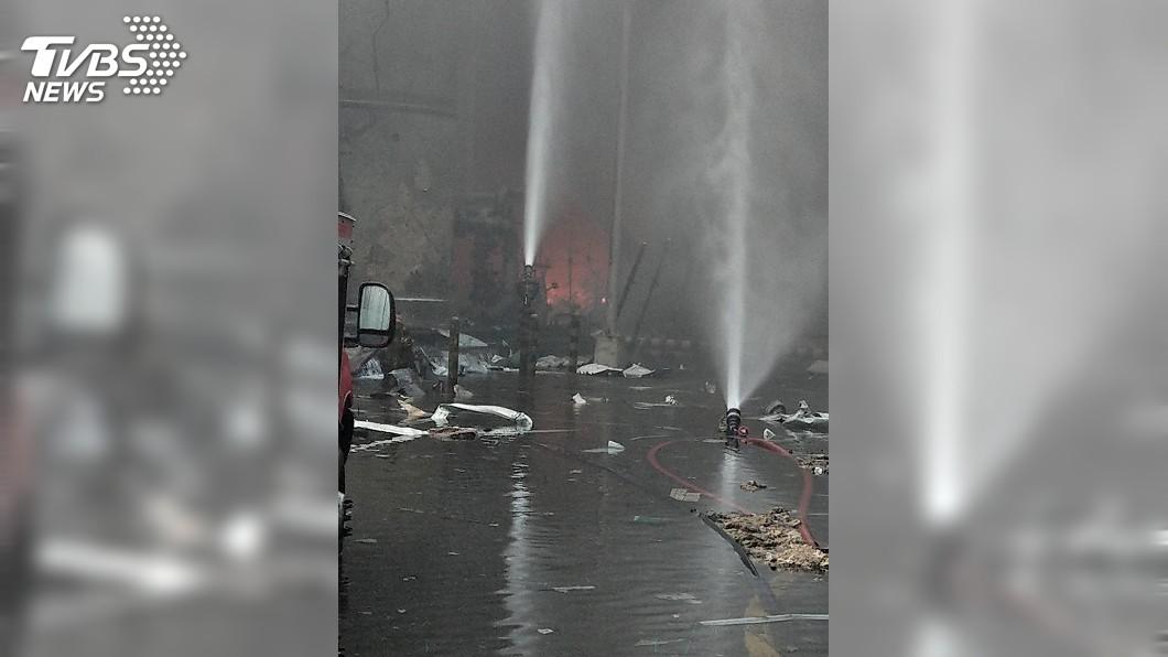 圖/ 雲林縣消防局提供 六輕氣爆火勢變小 殘存氣體預計日內燃盡