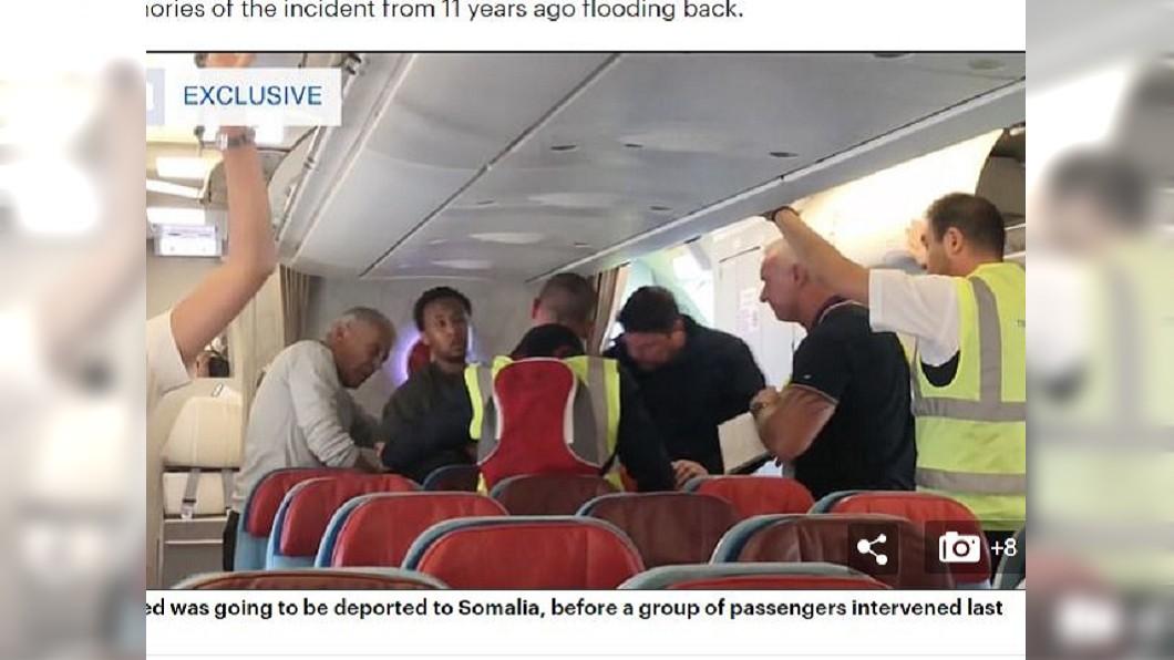 在乘客的施壓下,政府官員竟心軟帶性侵犯下機。圖/翻攝自《每日郵報》