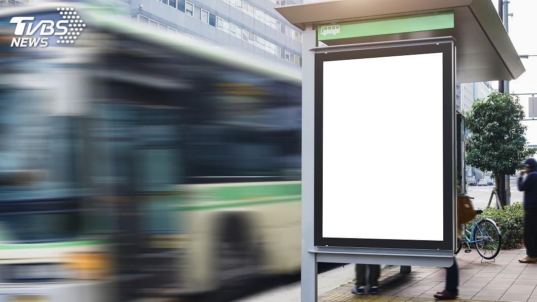 公車站廣告燈箱示意圖。圖/TVBS 看到美女議員凍未條 高雄男偷割競選海報私藏吃官司