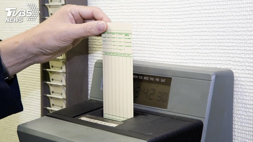 大部分公司都會規定,員工上下班都要打卡或刷卡紀錄,好確認是否有遲到早退。(示意圖/TVBS) 遲到不想被扣薪…男請同事代打卡45次 店長抓包告詐欺
