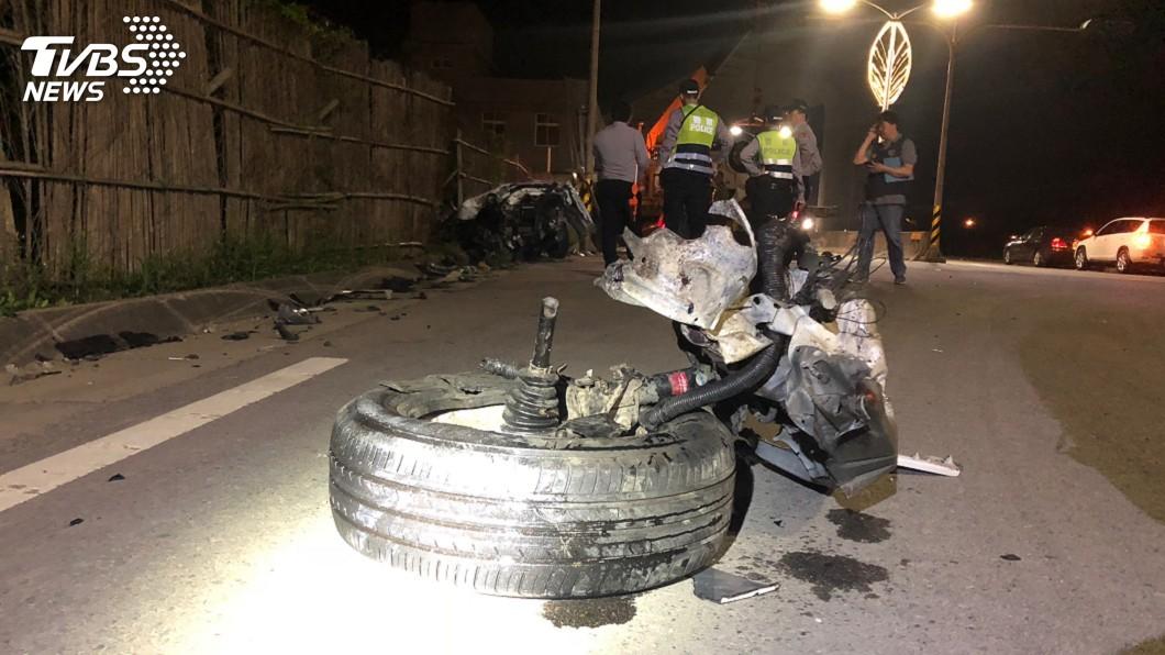 圖/中央社 轎車猛撞路燈桿斷成2截 駕駛腳部斷肢骨折