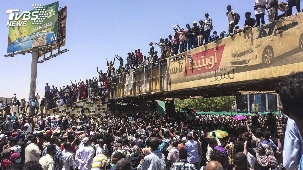 圖/達志影像美聯社 蘇丹民眾續抗議 籲軍方支持要總統下台