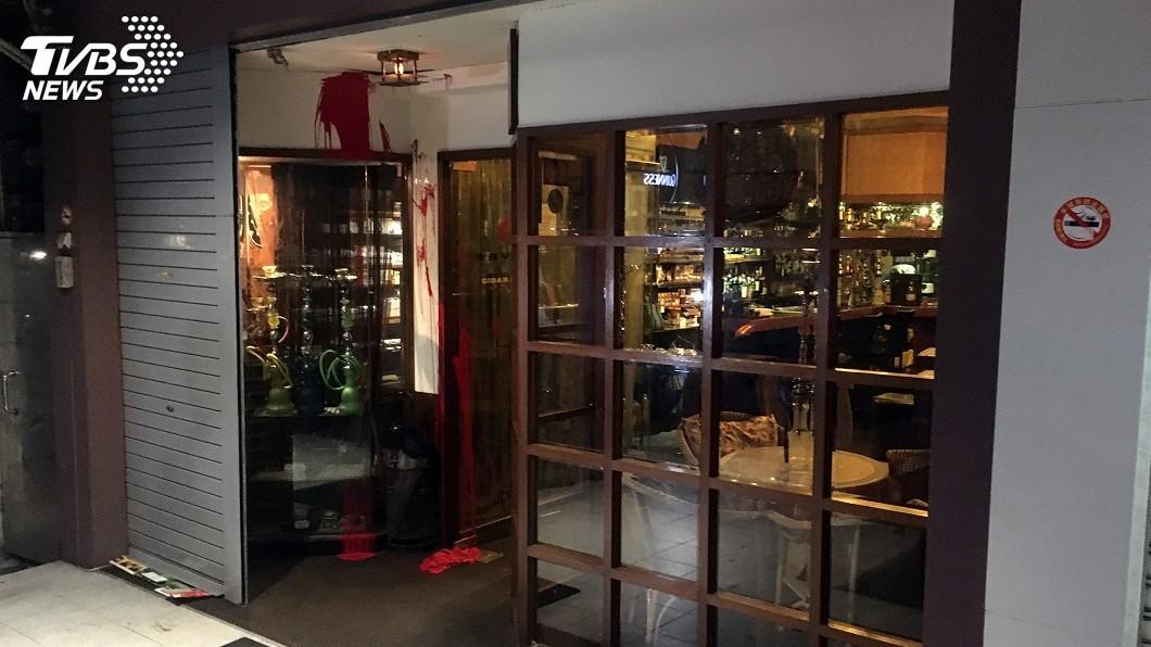 圖/中央社 雪茄館遭潑漆砸店 警追緝2黑衣男騎士