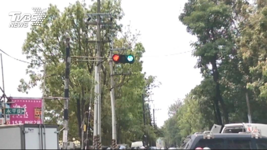 圖/TVBS 紅綠燈都亮害撞車? 女騎士乘客受傷