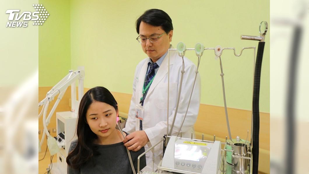 圖/亞大醫院提供 熬夜唸書壓力大 女高中生睡醒突「面癱」